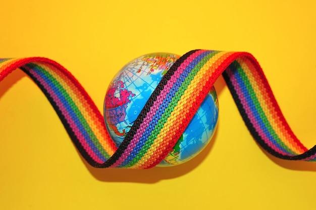 Éléments de conception de fierté gaie ruban arc-en-ciel avec un globe lgbt symboles de fierté gaie et lesbienne