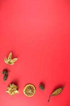 Éléments de conception de noël sur fond rouge. vacances, concept de nouvel an