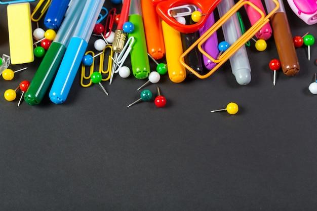 Éléments de crayons colorés pour l'école