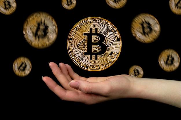 Les éléments de la crypto-monnaie bitcoin tombent dans la main