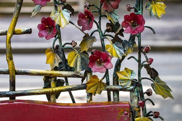 Éléments forgés décoratifs pour le traitement de portails métalliques modernes.