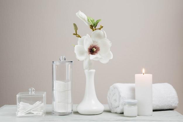 Éléments naturels pour spa avec des bougies