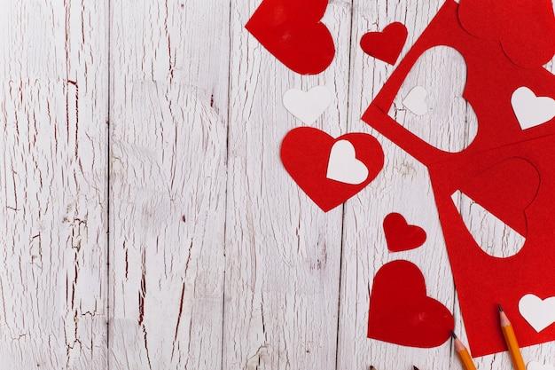 Éléments pour la carte postale de la saint-valentin se trouvent sur la table en bois
