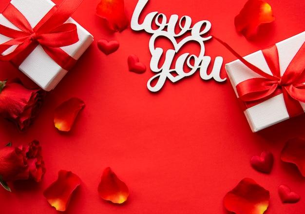 Éléments de saint valentin sur rouge