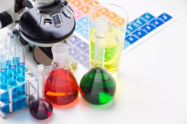 Éléments scientifiques avec assortiment de produits chimiques