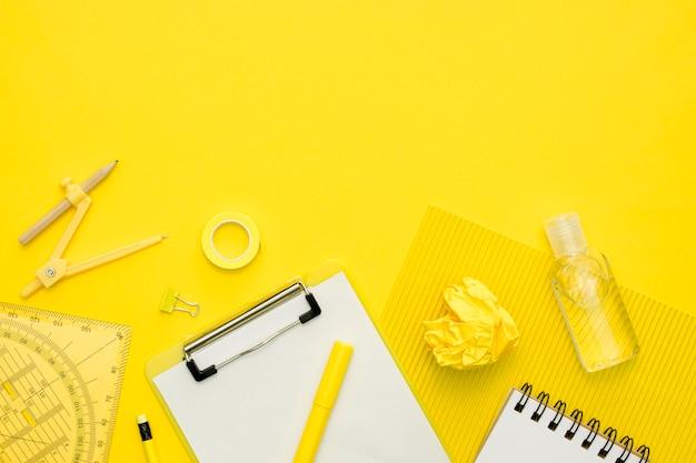 Éléments scolaires à plat avec copie-espace