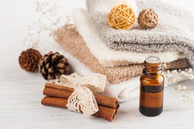 Éléments de spa avec huile essentielle et serviettes