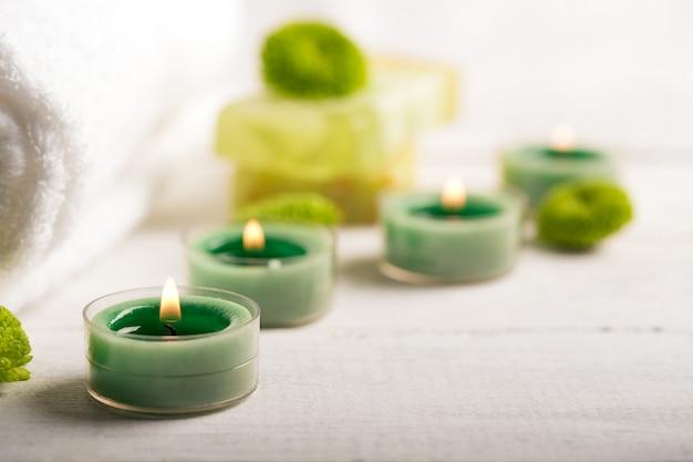 Éléments de spa avec une serviette et des bougies