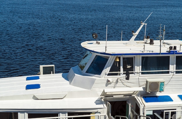 Éléments de la vue du navire blanc de la cabine du capitaine et de la mer ou de l'océan