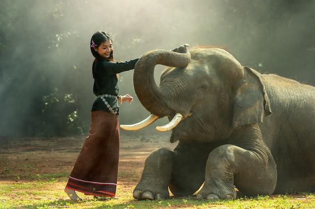 Éléphant avec fille asiatique
