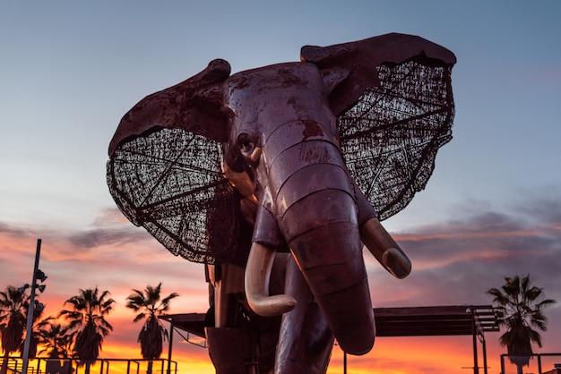 Éléphant géant en bois et métal à l'entrée du zoo de bioparc