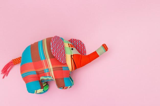 Éléphant en peluche cousu à partir de morceaux de tissu de couleur rose