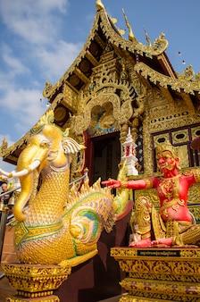 Éléphant et statues géantes