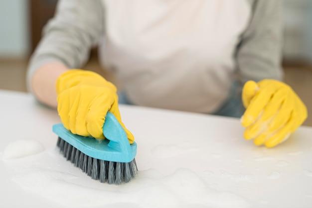Élevé, angle, femme, nettoyage, brosse
