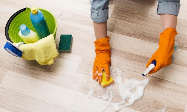 Élevé, angle, femme, nettoyage, plancher