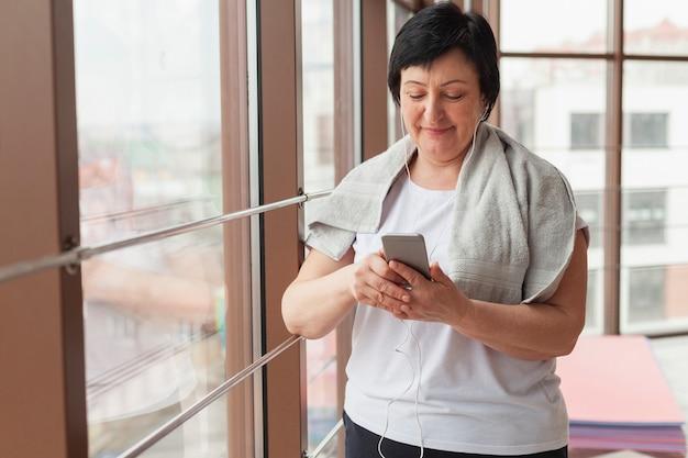 Élevé, angle, femme, vérification, mobile