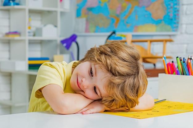 Élève apprenant des lettres et des nombres de nouveau à l'école