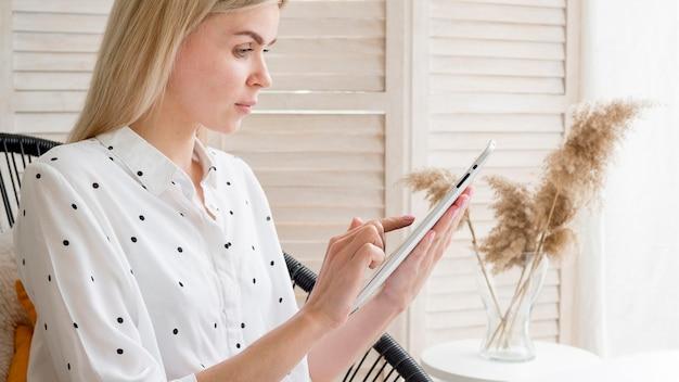 Élève de cours à distance en ligne écrit sur tablette