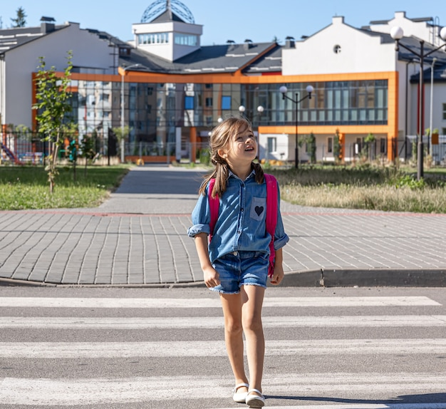 Un élève du primaire rentre chez lui après l'école, le premier jour d'école, de retour à l'école.