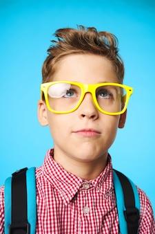 Élève de l'école élémentaire enfant avec des lunettes