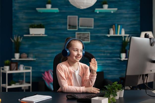 Élève de l'école moderne prêtant attention à la classe en ligne