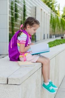 Elève d'école primaire avec livre à la main