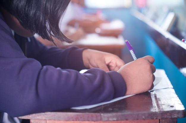 Élève faisant un test ou un examen dans une salle de classe avec stress