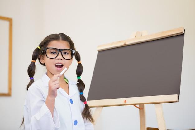 Élève mignon habillé en scientifique dans la salle de classe