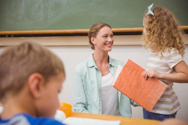 Élève mignon à la recherche de son professeur lors de la présentation de la classe