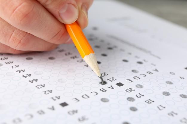 L'élève remplit la feuille de test des réponses, gros plan