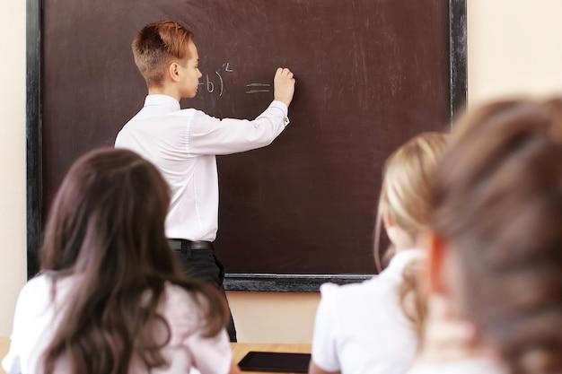 Élève répondant au tableau en classe