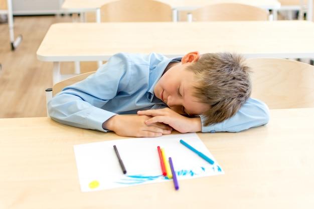 L'élève s'endormit à son bureau, fatigué de savoir.