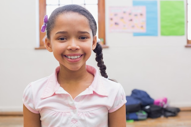 Élève souriant dans la salle de classe