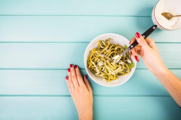 Élevé, vue, de, a, femme, main, manger, spaghetti