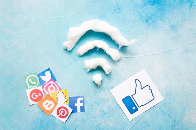 Élever la vue d'une icône de médias sociaux et symbole wifi