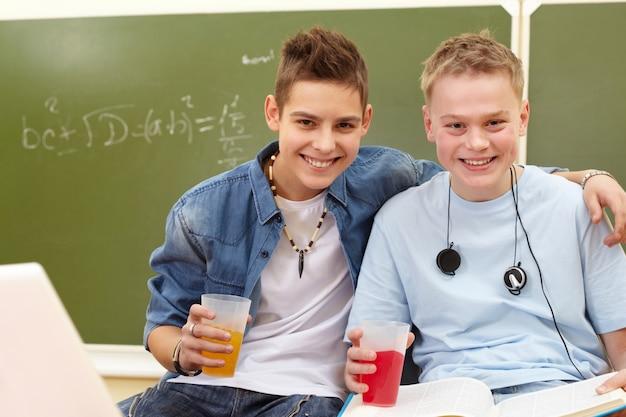 Les élèves boivent la soude dans la classe
