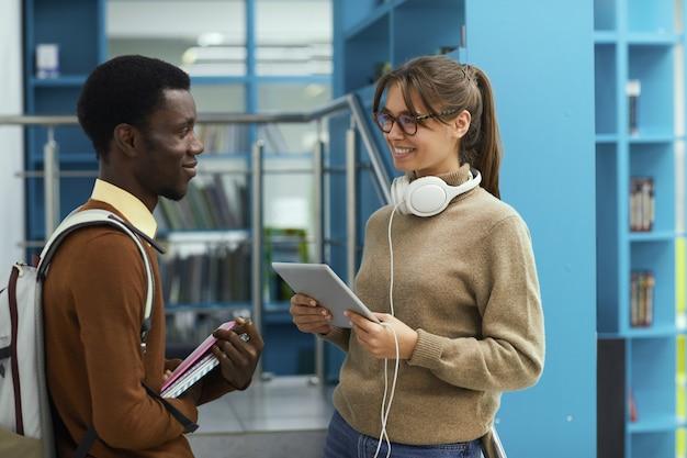 Les élèves discutent dans la bibliothèque de l'école