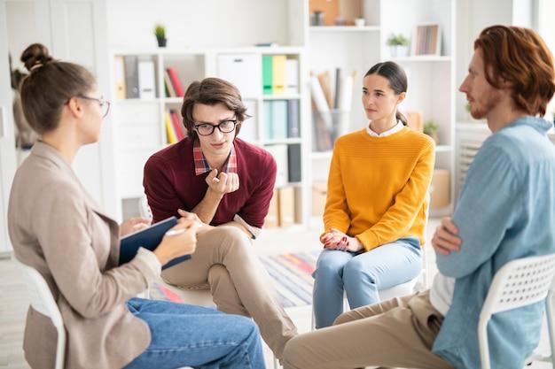 Les élèves discutent des problèmes