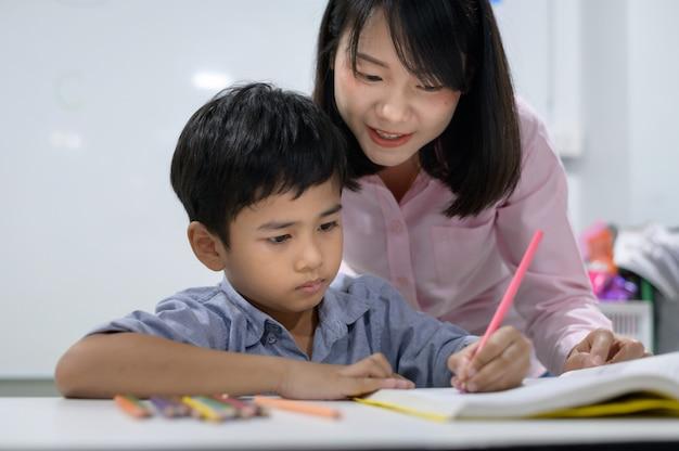 Les élèves du primaire en classe