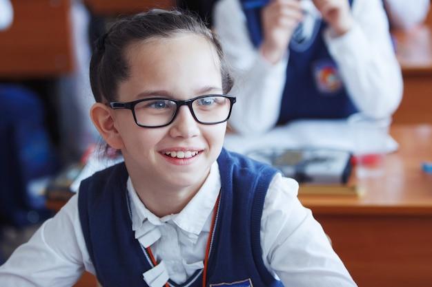 Les élèves du primaire réfléchissent et exécutent des tâches en classe. le concept d'enseignement primaire, de formation et de ressources humaines.