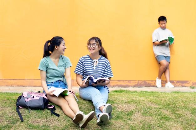 Les élèves du secondaire; groupe de joyeux adolescents asiatiques de lycée à l'extérieur.