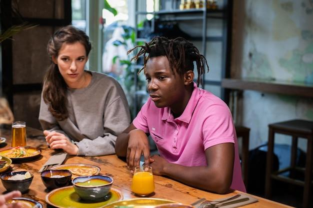 Les élèves du secondaire en train de déjeuner dans un café moderne