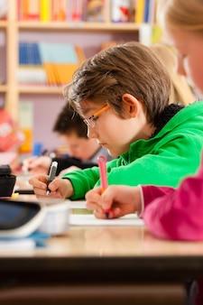 Des élèves à l'école font leurs devoirs
