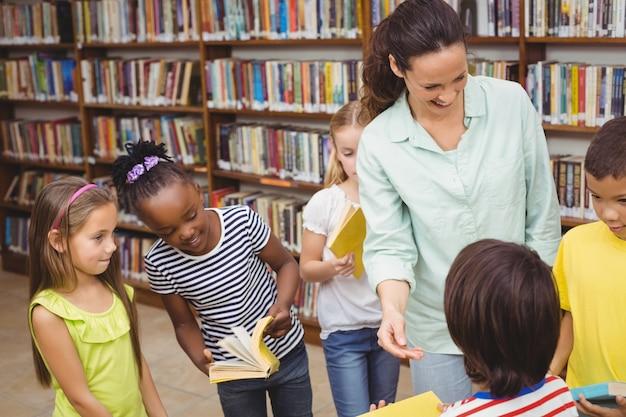 Élèves et enseignant à la bibliothèque