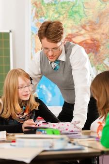 Elèves et enseignants en apprentissage à l'école