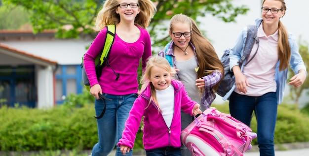 Élèves ou étudiants à la cour d'école en récréation