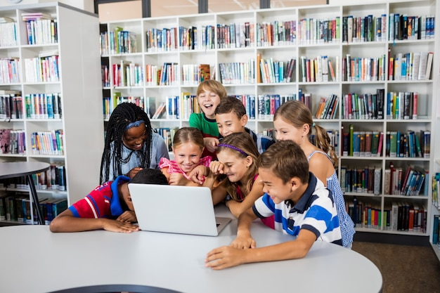 Les élèves étudient avec un ordinateur portable