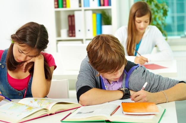 Les élèves à faire leurs devoirs en classe