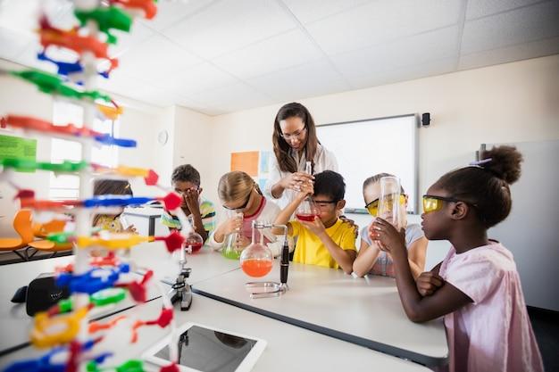 Élèves faisant de la science avec un enseignant