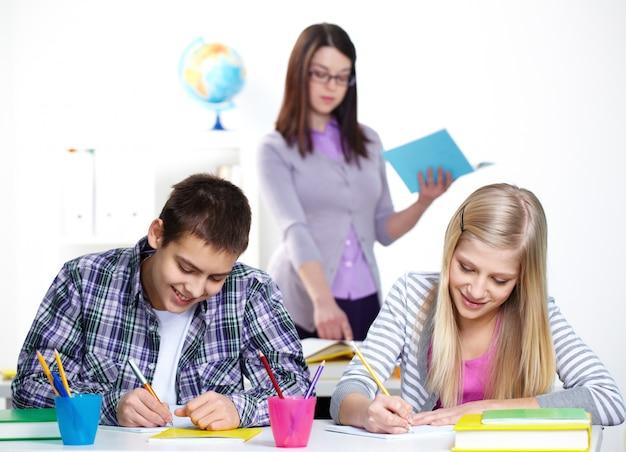 Les élèves font leurs devoirs très heureux